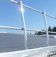 Aluminium safety guardrail for flat roofs without public access